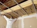 Isolation plafonds et combles perdus : pose de la laine de verre IBR Contact