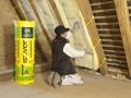 Isolation des combles aménagés : pose du rouleau de laine de verre Isoconfort 35