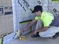 Pose de la bande de membrane d'étanchéité à l'air Vario Xtra pour l'isolation des murs