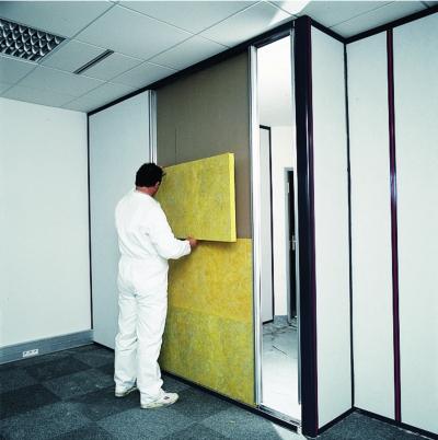 Isolation des cloisons modulaires : pose du panneau en laine de verre Cloisolène LV