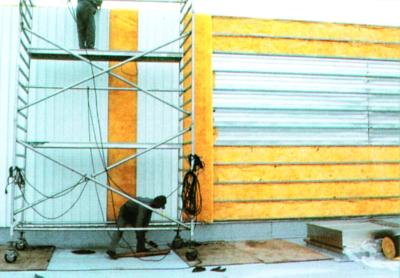 isolation thermique des bâtiments métalliques : pose du rouleau isolant Feutral