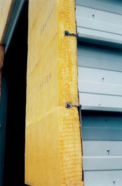 Isolation des bardages métalliques : pose de la laine Isobardage 32
