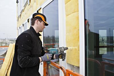 Isolation des murs par l'extérieur : pose de la laine de verre Isofaçade 32P