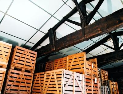 Isolation des plafonds : pose du panneau en laine de verre Shedisol Perle avec surfaçage