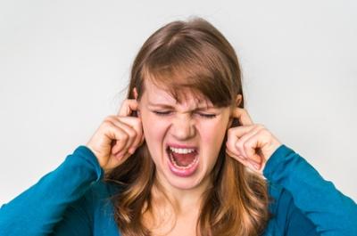 Fille bouche oreilles