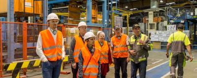 Quelques privilégiés visitent l'usine ISOVER