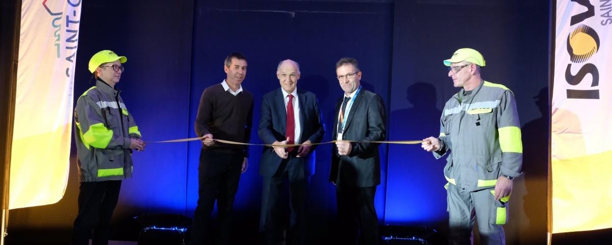 Un grand moment pour Pierre-André de Chalendar, PDG du groupe Saint-Gobain, qui inaugure officiellement la nouvelle ligne de laine à souffler de Chemillé