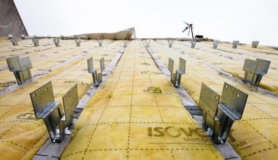 Rénovation toiture par l'extérieur : fixation des piliers Intégra Réno sur la charpente existante