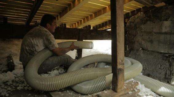 Isolation des combles perdus : soufflage mécanique de la laine