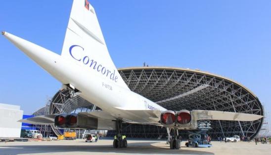 Vue extérieure de la construction du musée aéronautique : des avions de légende