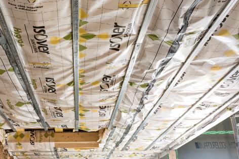 Pour la continuité de l'étanchéité, le retour de 10 cm de la membrane HYGRO+ sur les murs périphériques est collé avec le mastic Vario® DoubleFit.