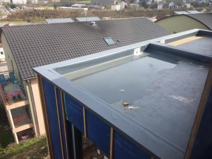En supprimant la pose d'un isolant au-dessus des éléments porteurs de la toiture plate (panneaux de particules P5, P7 ou OSB4), le système Hygro+ diminue la hauteur du bâtiment et facilite le respect des exigences du PLU.