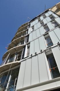 Chantier façade F4 ISOVER : mise en œuvre du bardage