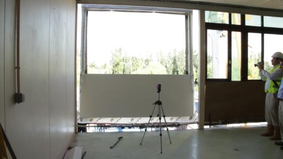 Système Façade F4 : montage d'une fenêtre durant la rénovation